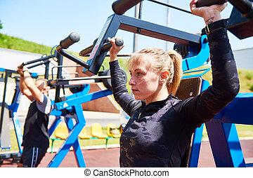 訓練, 女, 重量, 試し, 屋外で, 機械