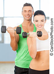 訓練, 由于, dumbbells., 夫婦, 舉起, dumbbells, 在, a, 體操, 以及, 微笑