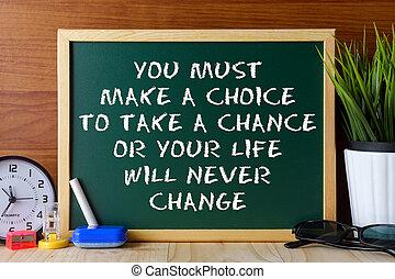 詞, 引用, 你, 必須, 做, a, 選擇, 為了拿, a, 機會, 或者, 你, 生活, 意志, 決不, 變化, 寫, 上, 綠色, 粉筆板, 上, 木制, 桌子。