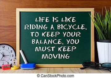 詞, 引用, 生活, 是, 相象, 騎自行車, 保持, 你, 平衡, 必須, 保持, 移動, 寫, 上, 綠色, 粉筆板, 上, 木制, 桌子。