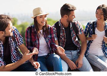 話し。, グループ, 見なさい, モデル, 幸福に, 他。, 公園, 若い, ベンチ, 彼ら, それぞれ, 微笑, 観光客
