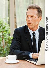 認為, 大約, solutions., 深思, 成熟的人, 在, formalwear, 看, 當時, 在桌旁坐, 由于, 膝上型, 上, 它