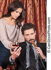 誘人, 婦女站, 後面, 人, 在, 阿拉伯語, cafe., 人, 吸入, hookah, 以及, 拿, 玻璃, ......的, 威士忌酒