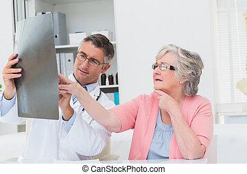 説明, シニア, 患者, x 線, 医者
