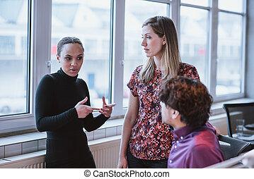 説明, 同僚, 女性ビジネス, 若い, 作戦