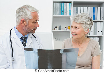 説明, 患者, 医者, 上級の男性, x 線