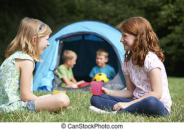 談笑する, キャンプ, 女の子, 2, 一緒に, 旅行