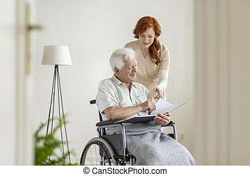 護士, 以及, 病人, 在, a, 輪椅, 看著相冊, 一起, 以及, 微笑