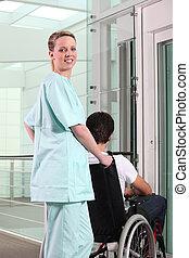 護士, 推, a, 男性, 病人, 在, a, 輪椅