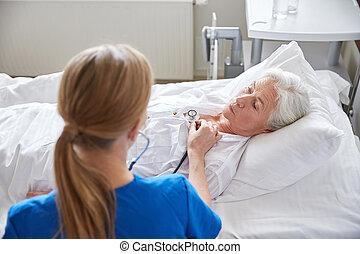 護士, 由于, 聽診器, 以及, 高級婦女, 在, 門診部
