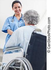 護士, 的談話, a, 病人, 在, a, 醫院