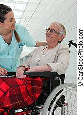護士, 的談話, an, 年長, 夫人, 在, a, 輪椅