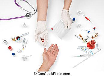護士, 給, 藥丸, 到, a, 病人, 上, a, 白色 背景