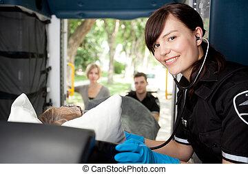 護理人員, 在, 救護車, 由于, 病人