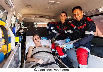 護理人員, 隊, 以及, 患者 在 救護車裡