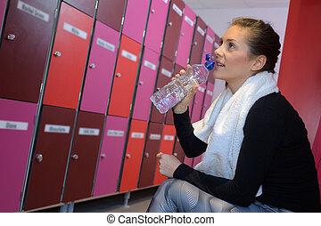 训练房间, 在之后, 水, 有锁的存物柜, 健身, 女孩, 喝