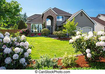 豪華, 房子外部, 由于, 磚, 以及, 支持, 修剪, 以及, 雙, garage.