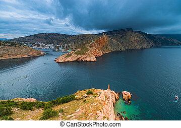豪雨, 雲, 上に, ∥, 湾, 岩が多い 山, そして, 都市, 中に, ∥, 湾, 海景