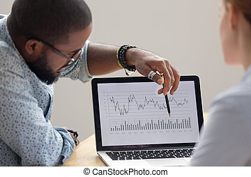 財政, ラップトップ, 年報, 分析者, 集中される, アフリカ, レポート, スクリーン, 提示