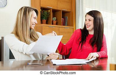 財政, 幸せな女性たち, 文書, 見る