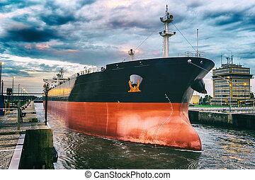 貨物船, 中に, 港