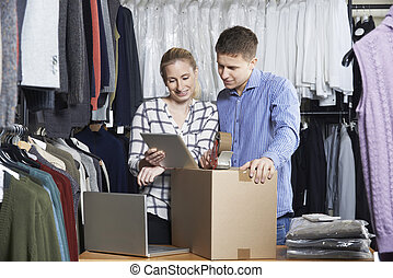 貨物, 夫婦, 跑, 急件, 包裝, 在網上, 服裝店