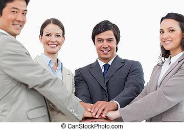 販売, 他, チーム, それぞれ, やる気を起こさせる, 若い