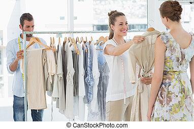 買い物客, 売り手, 衣服の 店, 選びなさい, 助力