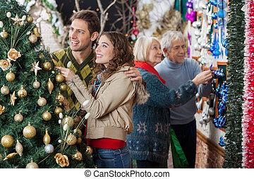 買い物, 恋人, 木, 若い見ること, 間, 親, 背景, 飾られる, クリスマス, 店, 幸せ