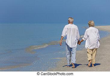 資深 夫婦, 扣留手, 在海灘上步行