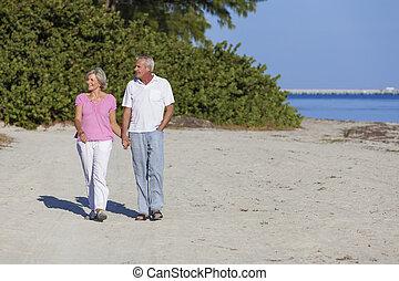 資深 夫婦, 扣留手, 步行, 海灘