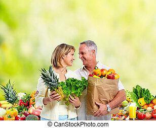 資深 夫婦, 由于, 蔬菜, 綠色, 背景。