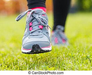 賽跑的人, 人物面部影像逼真, 鞋子