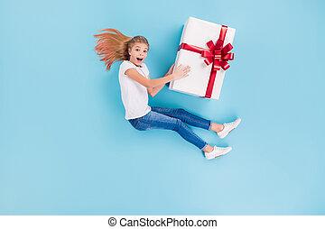 贈り物, 上, 側, 角度, 休日, の上, 背景, 光景, 最新流行である, 位置, 印象づけられる, ウエア, 子供, 隔離された, 高く, 記念日, 青いボックス, フルである, プロフィール, 女の子, 写真, 大きい, 色は 着る, 得なさい, プレゼント, 流行, 体