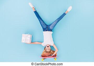 贈り物, 舌, 上, 角度, のんびりしている, 大きさ, 愚か, の上, 背景, 光景, 位置, ウエア, 子供, 隔離された, 高く, ジーンズ, スケート, 青いボックス, フルである, 女の子, 白, 写真, tシャツ, 色, ショー, 渡しなさい, 乗車, 上に, デニム, upsidedown
