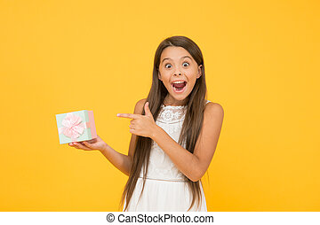 贈り物, box., concept., 驚かされる, 買い物, 把握, ボクシング, sales., 日, birthday., 幸せ, 背景。, 美しさ, 小さい, awaited, わずかしか, 幼年時代, present., 子供, ただ, 休日, 驚き, 長い間, 黄色, 女の子, perfect.