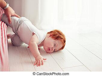 贫穷, 爸爸, 很少, 错过, 床下来, 婴儿, 当时, 落下, 爬行, 抓住, it., 蹒跚行走, 他