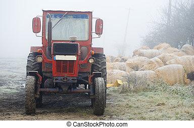 赤いトラクター, 中に, 霧が濃い, フィールド, 中に, ∥, 朝