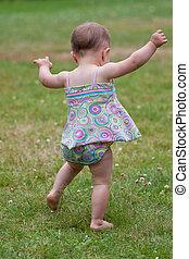 赤ん坊は歩む, 最初に