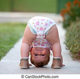 赤ん坊, ある, ただ, 遊び, 路上で
