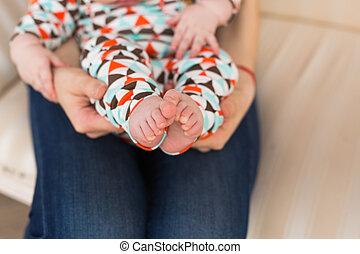 赤ん坊, かわいい, わずかしか, 概念, leg., 愛, 生活, 母性, 心配, 女性, close-up., フィート, 新しい, 手, 子供
