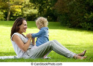 赤ん坊, かわいい, 屋外で, 遊び, 母