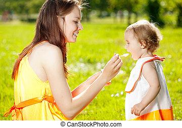 赤ん坊, 供給, 屋外で, 草, 母