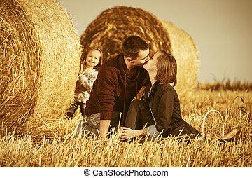 赤ん坊, 古い, 若い, 干し草, 女の子, フィールド, 幸せ, 次に, 家族, 収穫される, 2, 年, ベール