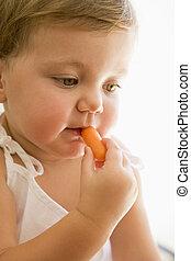 赤ん坊, 屋内, 食べること, carrot.