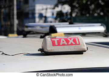 赤, テキスト, タクシー, 屋根, ∥あるいは∥, タクシー, ドラブ, 壊される, 印, 色, 白, 自動車, 通り。, ライト