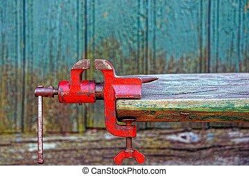 赤, 古い, 金属, 握り, ねじで締められる, に, a, 木製のボード