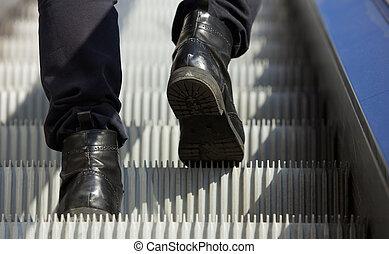 走, 上的自动楼梯, 靴子, 脚, 男性