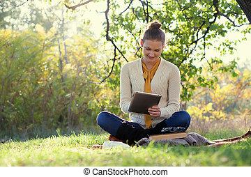 距離, education., 坐, 婦女, 使用, ipad, 在期間, 秋天, 在戶外的有趣