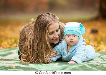 跟嬰孩一起的女人, 在, 秋天, 公園